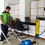 عمال تنظيف بالساعة بالرياض